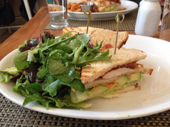 Cafeteria Boston : BLT with Chicken and fresh greens