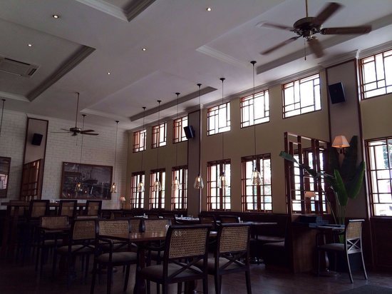 Union Bar and Grill: Dining areas facing the river ( but you can't actually see the river)