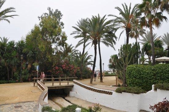 Puente Romano Beach Resort & Spa Marbella: территория отеля у пляжа