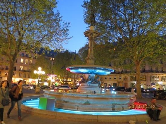 La Clef Louvre : ホテル前の噴水 ライトアップはさずがフランス