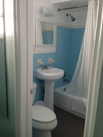 Hollywood Beachside Boutique Suites: Bathroom was clean but needs updating (mirror way too high - made it hard to get ready)