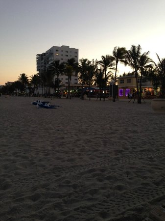 Hollywood Beachside Boutique Suites: Beach only a block away from the hotel (really convenient to restaurants)