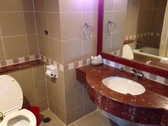 Pavilion Songkhla Hotel: The bathroom condition....