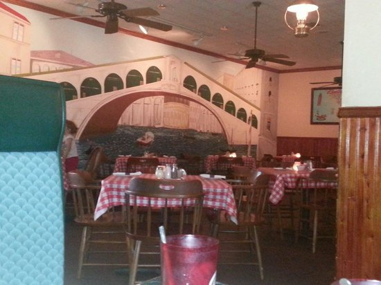 Giovanni's Italian Restaurant: Cozy and quaint interior with booths and tables