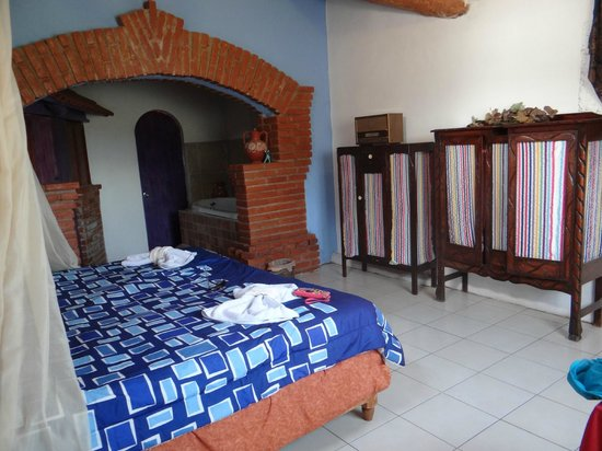 Cabañas Rústicas Tres Joyas: Habitación co cama, roperos, jacuzzi, baño y chimenea.