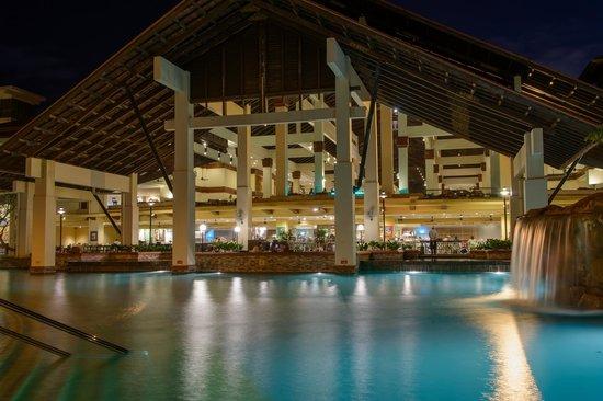 Sutera Harbour Resort (The Pacific Sutera & The Magellan Sutera): Hotel at night