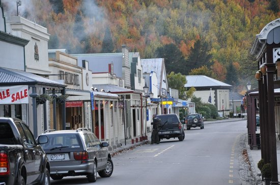 Settlers Cottage Motel: The Pretty Main Street of Arrowtown
