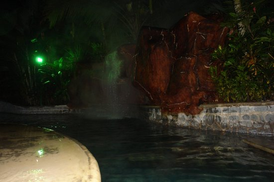 Baldi Hot Springs Hotel Resort & Spa : Entrada la noche