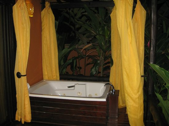 Nayara Resort Spa & Gardens: outdoor jacuzzi with curtains for privacy