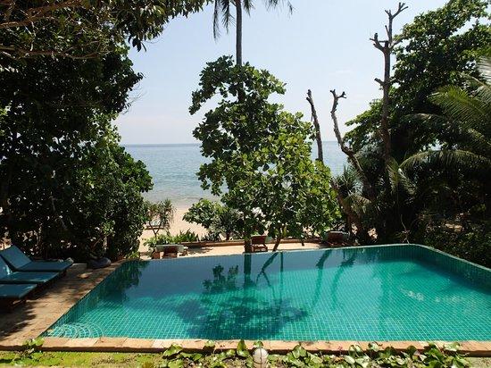 Narima Bungalow Resort: Vue sur la piscine