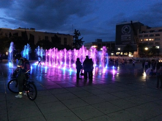 Monumento y Museo de la Revolucion: Fuentes de agua iluminadas