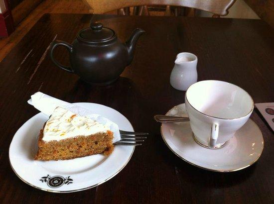 Quilliam Brothers: earl grey tea con fetta di torta di carote
