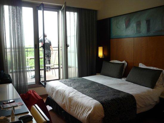 Hotel Catalonia Brussels: suite com sacada