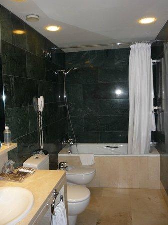 Hotel Catalonia Brussels: Banheiro com banheira