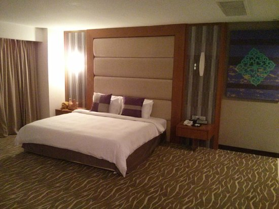 Premiera Hotel Kuala Lumpur: King Size bed from upgraded room