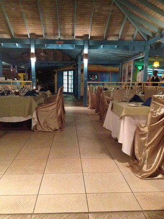Hi Tide Restaurant at Bay Gardens Beach Resort: View inside the restaurant