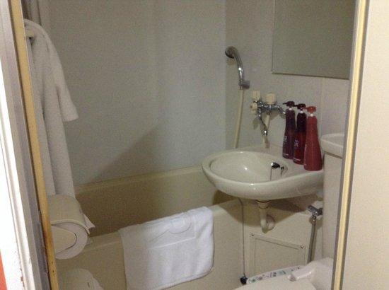 Green Rich Hotel Suizenji : バスルーム、少し狭いかも、シャワーだけなら十分。