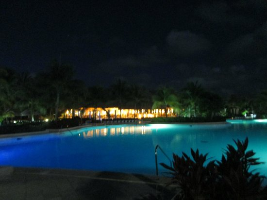 Grand Palladium Colonial Resort & Spa : View of Hotel and Pool at Night