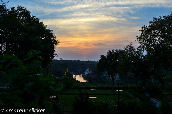 Motel Marble Rocks: Sun setting over bhedaghat from the resort