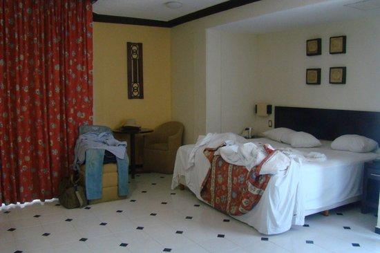 Hotel El Conquistador : Atrás da cortina uma varanda que dá para área interna