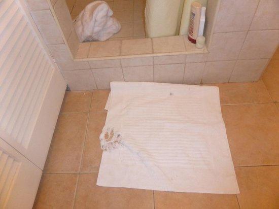 Ocean Spray Beach Apartments: toallas en malas condiciones