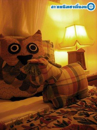Suan Doi House Hotel & Resort: ตุ๊กตาประดับเตียง
