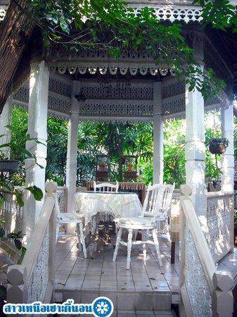 Suan Doi House Hotel & Resort: ศาลากลางสวน