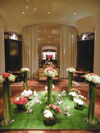 Le Royal Monceau-Raffles Paris : Entrance
