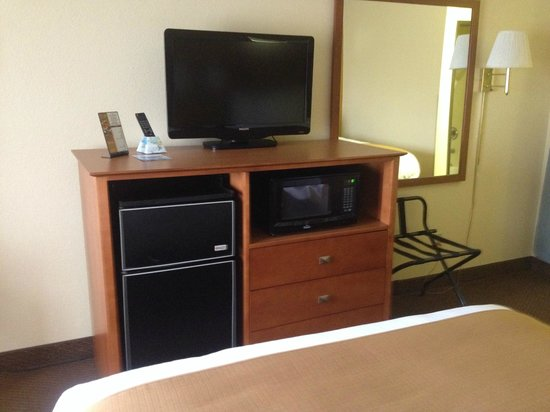 Baymont Inn & Suites Port Huron : Tv, Mic, and Frig