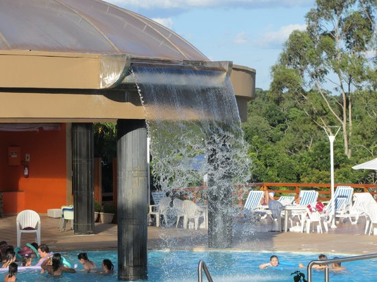 Mabu Thermas Grand Resort: Water curtain into pool