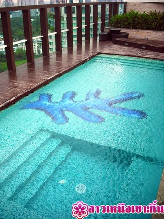 Urbana Langsuan : สระว่ายน้ำดาคฟ้า
