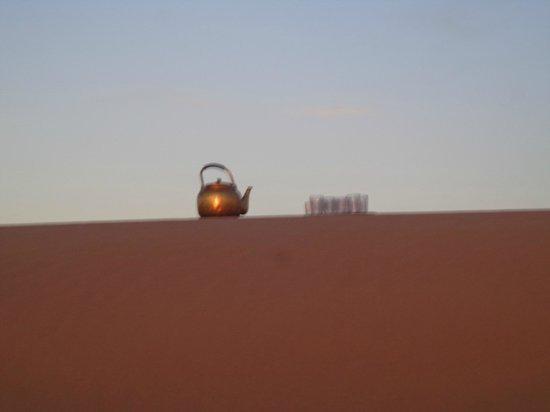 Merzouga Dunes: En fin de journée à Merzouga le thé à la menthe