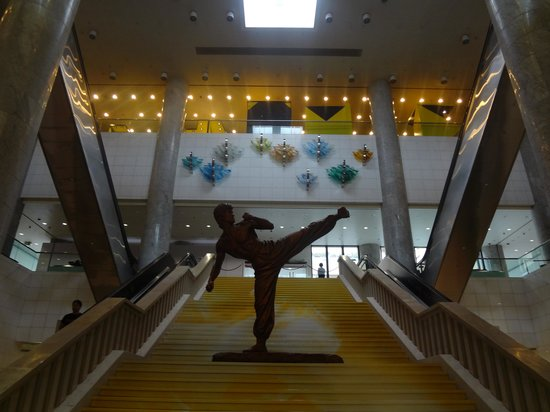 Hong Kong Heritage Museum: Statue of Bruce Lee at the entrance
