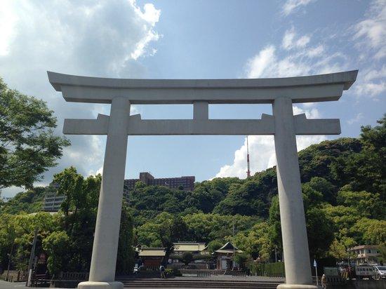Terukuni Shrine: 街中にいきなり現れる鳥居は目立ちます