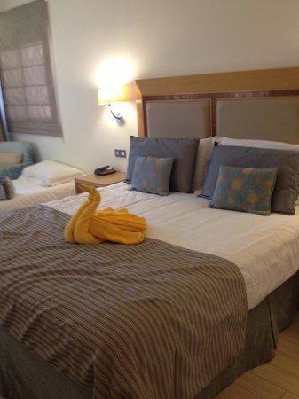 Olympic Lagoon Resort : Massive Bed