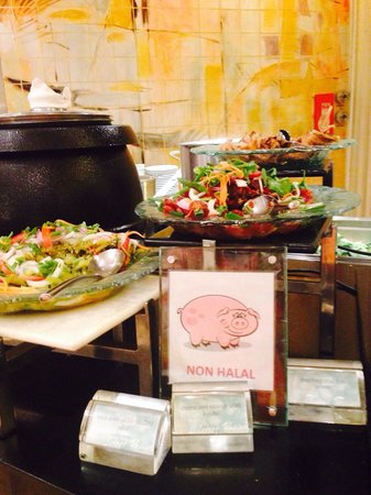 Le Meridien Chiang Mai: The food stall gave clear notice for non halal food