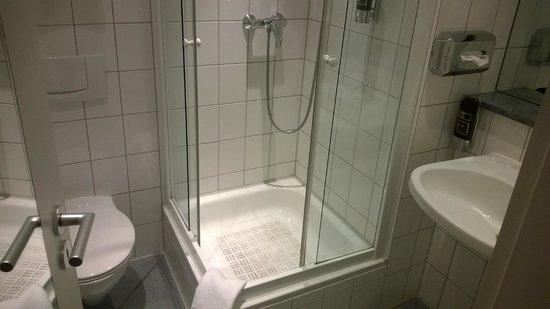 Manhattan Hotel: Very clean bathroom