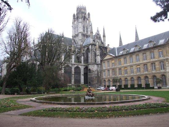 St. Ouen's Abbey: Вид на собор из парка.