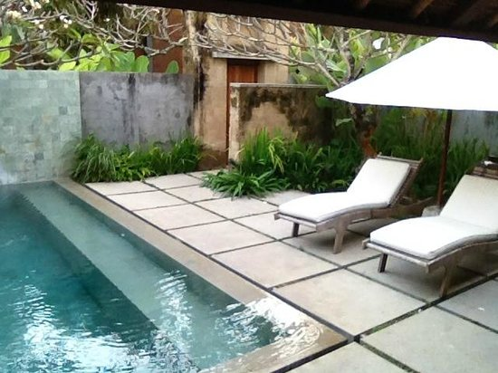Mayaloka Villas Seminyak: The Pool and Sunbathing Area