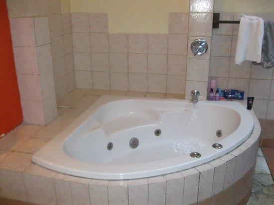Mutiara Bali Boutique Resort & Villas: bathtub with jets