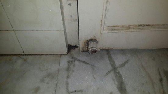 Suryaa Villa: bad bathrooms