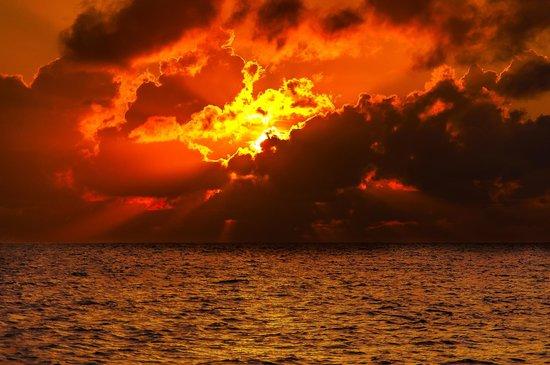 Uroa Bay Beach Resort : levé du soleil