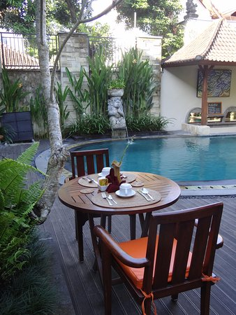 Lumbung Sari Cottages: Breakfast by the pool