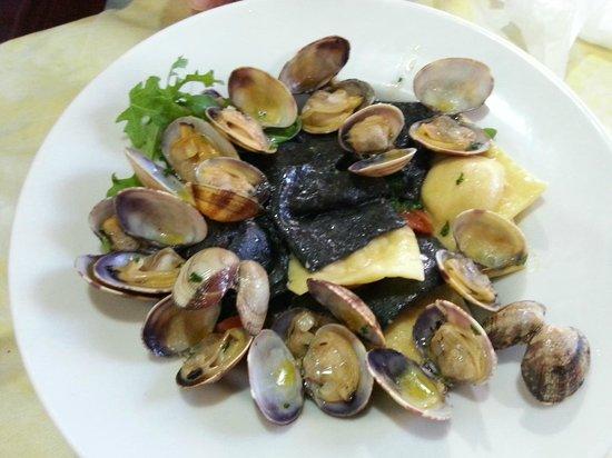 La Perla: ravioli fianchi e al nero con ripirno di cernia e salmone