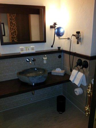 Lindner Park-Hotel Hagenbeck: Waschbecken und Spiegel