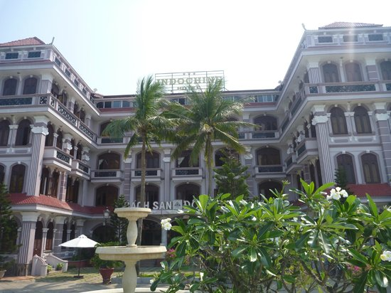 Indochine Hotel : Looking back from the pool