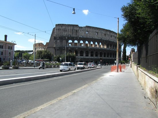 La Finestra sul Colosseo B&B: View down the street