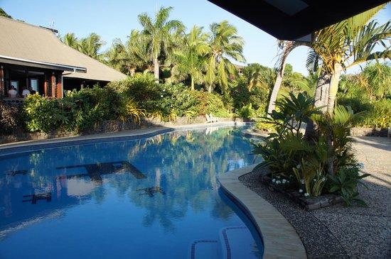 Volivoli Beach Resort Fiji: Nice pool and outdoor dining area