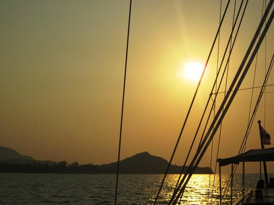 Boutique Yachting - Day Cruises & Private Charters: Just look at the sunset
