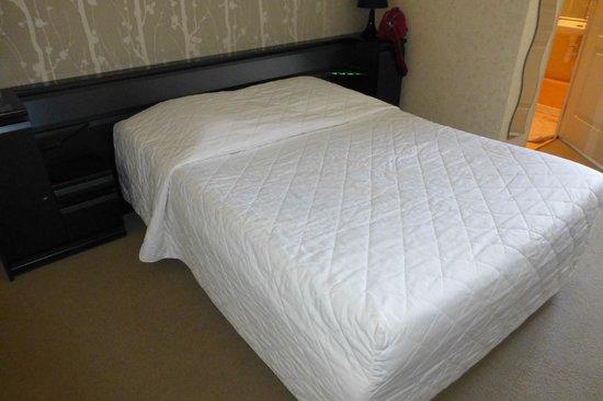Hotel-Restaurant de la Plage : literie correcte, sauf draps troués